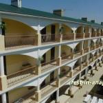 Гостевой дом «На Пионерском»: вид на корпус гостиницы из люкса