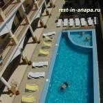 Гостевой дом «На Пионерском»: вид на бассейн с террасы люкса