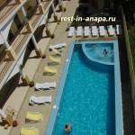 Гостевой дом «На Пионерском»: вид на открытый бассейн с террасы люкса