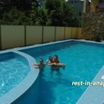 Гостевой дом «На Пионерском»: туристы в бассейне в начале июня 2011