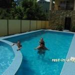 Гостевой дом «На Пионерском»: отдыхающие в бассейне в начале июня 2011